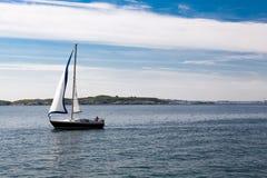 Einsames Segelboot auf dem Meer Stockbilder