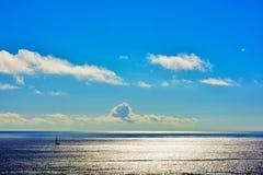 Einsames Segelboot im Ozean stockfoto