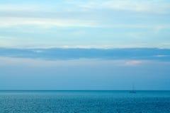 Einsames Segeln auf Morgen Horizen Stockbild