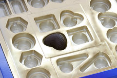 Einsames Stück des Schokoladeninneren in einem Kasten Lizenzfreie Stockfotos