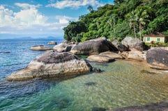 Einsames Strand-Haus bei großem Ilha, Rio tun Janeiro, Brasilien. Südamerika. lizenzfreie stockbilder