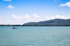Einsames traditionelles thailändisches Fischerboot auf Meerwasser Lizenzfreie Stockbilder
