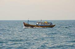 Einsames vietnamesisches Fischerboot auf Ozean Stockbild