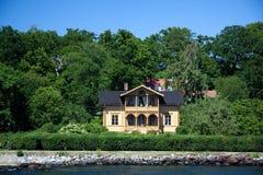 Einsames Vorstadthaus auf der kleinen Insel in Swed Lizenzfreie Stockbilder