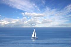 Einsames weißes Segel in endlosem Ozean Lizenzfreies Stockbild