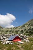 Einsames Zelt sorrounded durch Felsen Lizenzfreie Stockfotos