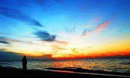 Einsamkeit-Schattenbild Person allein im drastischen Sonnenuntergang Lizenzfreie Stockfotos