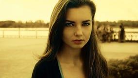 Einsamkeit, tiefer Blick des jungen unglücklichen Mädchens mit Fluss auf Hintergrundweinlesefarbe, getonter Schuss Stockbilder