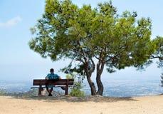 einsamkeit versöhnung Alleinmann im schönen Platz lizenzfreies stockfoto