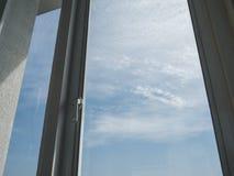 Einsamkeitsfenster und -himmel lizenzfreie stockfotos