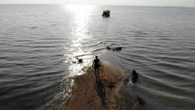 Einsamkeitsmann am Ende des Insel- und Weltüberschwemmungsunfalles stock video footage