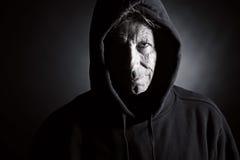 Einschüchternder älterer Mann in der mit Kapuze Oberseite Lizenzfreie Stockfotos