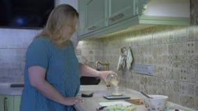 Einschlafen in eine Schüssel Reis stock video footage