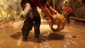 Einschließen eines Fisches mit Fische Falle oder bubu Lizenzfreie Stockfotografie