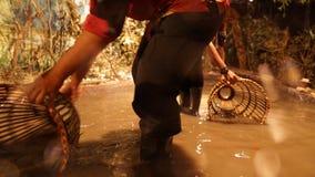 Einschließen eines Fisches mit Fische Falle oder bubu Stockfoto