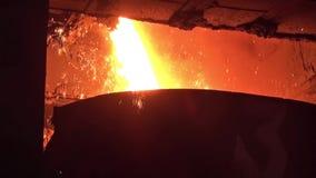 Einschmelzen des flüssigen Metalls vom Hochofen stock footage