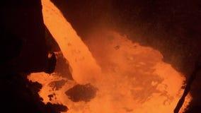 Einschmelzen des flüssigen Metalls vom Hochofen stock video footage