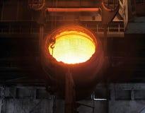 Einschmelzen des Metalls Stockfoto