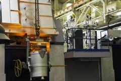 Einschmelzen in einer metallurgischen Anlage Flüssiges Metallfleck Stockfotografie