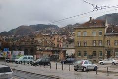 Einschusslöcher auf Gebäude nach Krieg in Bosnien-Herzegowina Krieg schädigendes Haus Balkankrieg und Konflikt stockfoto