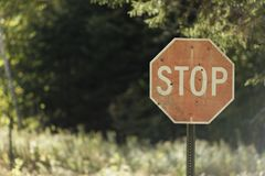 Einschusslöcher im ländlichen Stoppschild stockfotografie