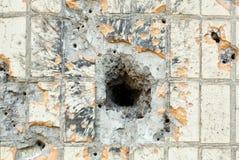 Einschussloch in der Wand Stockbild