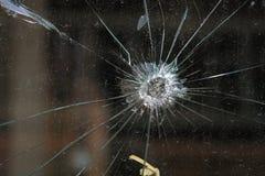 Einschussloch im Glas stockbild