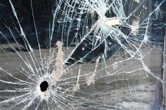 Einschussloch im Glasfenster Lizenzfreies Stockfoto