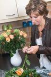 Einsetzen der Blumen in einen Vase Stockbild