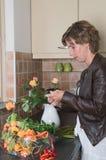 Einsetzen der Blumen in einen Vase Stockfotos