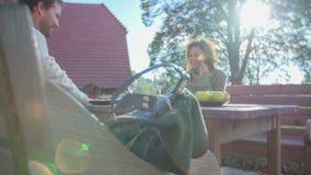 Einsetzen der Tasche auf die Bank am Tisch in die schöne Landschaft stock video