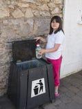 Einsetzen des Abfalls in den Behälter Stockfotos