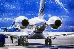 Einsetzen des Brennstoffs zu einem Privatjet in den Flughafen von St. Moritz Switzerland in die Alpen lizenzfreie stockfotos