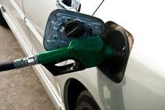 Einsetzen des Gases in ein Auto Stockfoto