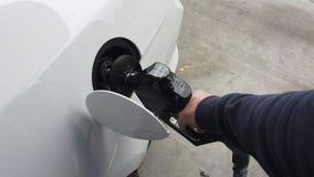 Einsetzen des Gases in ein Auto stock footage