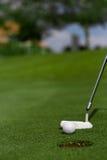 Einsetzen des Golfballs in Loch Stockfotos