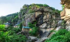 Einsiedlerei Gujoel Pokpoam, der alte buddhistische Tempel errichtet auf der Steinklippe des großen Berges in Oegok-Stadt Stockbild