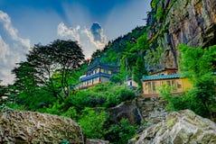 Einsiedlerei Gujoel Pokpoam, der alte buddhistische Tempel errichtet auf der Steinklippe des großen Berges in Oegok-Stadt, Gyeong Stockfoto