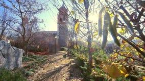 Einsiedlerei, Kapelle oder Kirche Dorf- und Naturlandschaft stock video