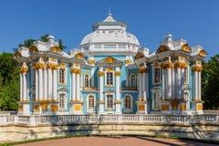 Einsiedlerei-Pavillon bei Catherine Park (Pushkin) am Sommertag Lizenzfreie Stockfotografie
