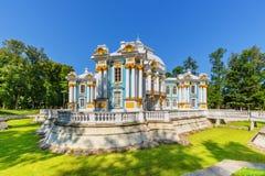 Einsiedlerei-Pavillon bei Catherine Park (Pushkin) am Sommertag Stockfotografie