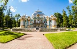 Einsiedlerei-Pavillon bei Catherine Park, Tsarskoye Selo im Sommer Stockfotografie