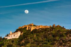Einsiedlerei-Schloss und Vollmond in Màlaga Spanien lizenzfreie stockfotografie