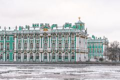 Einsiedlereimuseum - Winter-Palastgebäude auf Palast-Quadratfluß Neva und Eis im Winter Stockfoto