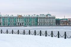 Einsiedlereimuseum - Winter-Palastgebäude auf Palast-Quadratfluß Neva und Eis im Winter Lizenzfreie Stockfotos