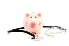 Einsparung für Behandlungskostenkonzept mit Sparschwein und Stethoskop Stockbild