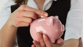 Einsparung-Geld in einer Piggy Querneigung stock video