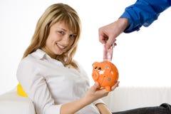 Einsparung-Geld in einer Piggy Querneigung Lizenzfreie Stockbilder