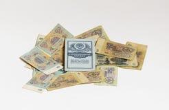 Einsparungen buchen das Lügen auf zerstreuten Banknoten Sowjetrubeln Stockfotografie