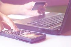 Einsparungen, Finanzen, Wirtschaft und Bürokonzept, berechnen wie muc Lizenzfreies Stockbild